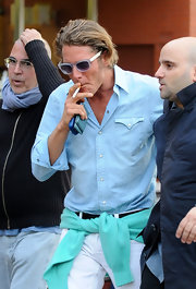 Lapo Elkann wore a pair of gray wayfarers with his linen button-down for a totally cool finish.
