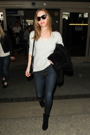 Leslie Mann kept it relaxed in a light-gray V-neck sweater and skinny jeans while catching a flight.