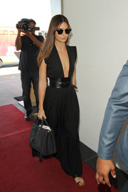 Lily Aldridge complemented her head-turning dress with a black Saint Laurent croc-embossed tote.
