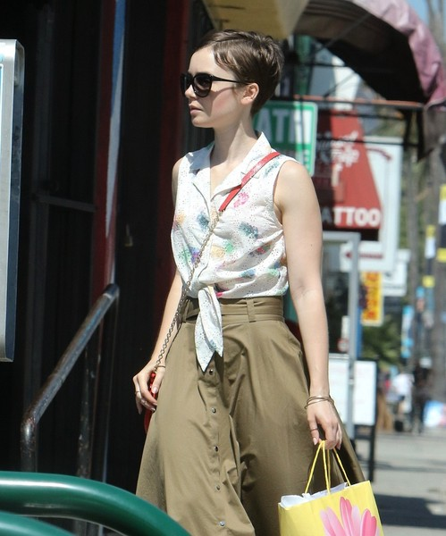 More Pics of Lily Collins Chain Strap Bag (1 of 9) - Shoulder Bags Lookbook - StyleBistro []