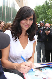 Feathery bangs and soft curls gave Catherine Bell an ultra-feminine look.