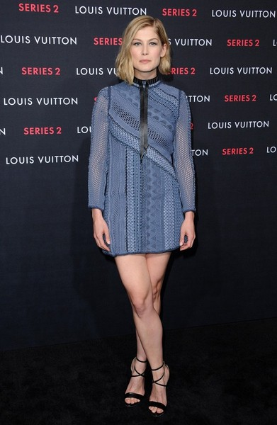 Sexy black heels sealed off Rosamund Pike's look.