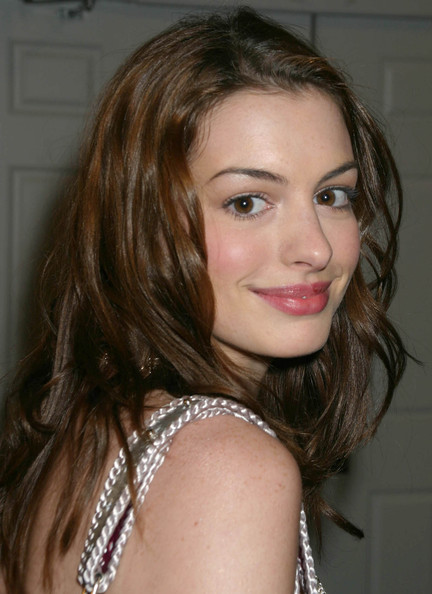 More Pics of Anne Hathaway Metallic Shoulder Bag (1 of 2) - Anne Hathaway Lookbook - StyleBistro