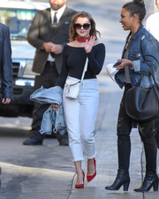 Maisie Williams sealed off her well-coordinated outfit with a pair of red pumps.