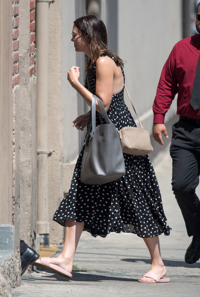 Mandy Moore accessorized with a nude shoulder bag and an oversized gray tote.