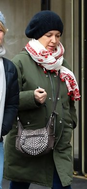 Maya Rudolph's white and red scarf added a touch of color to her winter wardrobe.