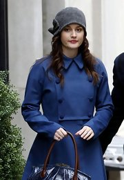 Leighton tossed on a soft gray beanie with a bow for her chic 'Gossip Girl' look.