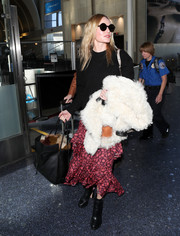 For her travel bag, Kate Bosworth kept it practical yet stylish with this black shopper bag by von Holzhausen.
