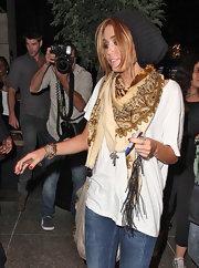 Miley wore a patterned scarf that complemented her highlighted hair color.