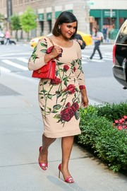 Mindy Kaling polished off her look with a quilted red leather bag.