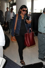 Mindy Kaling added a pop of color with a red leather tote.