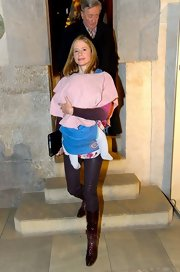 While on a trip to Vienna, Mira Sorvino wore super skinny pants in a lovely shade of egg plant.