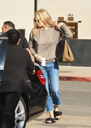Molly Sims completed her casual outfit with a pair of capri jeans.