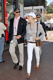 Beatrice Borromeo finished off her ensemble with a brown leather shoulder bag.