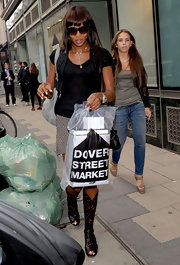As Naomi try's to make an escape from the photog's while doing some mid-day shopping at Dover Street Market. She donned a fantastic pair of lace-up gladiator sandals that really spiced up her look.
