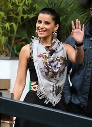 Nelly Furtado accessorized beautifully with this gray print scarf.