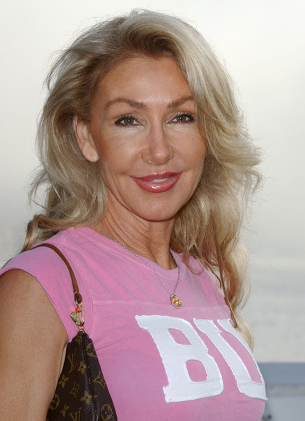 Linda Thompson let her hair down with relaxed and loose waves.