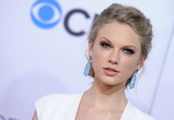 More Pics of Taylor Swift Dangling Gemstone Earrings (7 of 17) - Taylor Swift Lookbook - StyleBistro