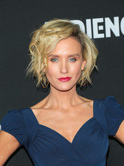 Nicky Whelan rocked a messy-glam 'do at the premiere of 'Loudermilk.'