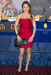 Elsa paired her fuchsia pink strapless dress with a simple leather clutch. She finished off her look with peep toe pumps.