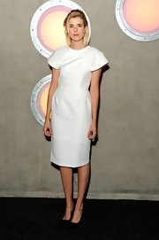 Agyness Deyn looked simple yet modern in this crips white dress at the 'Pusher' premiere.