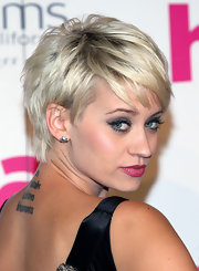 Kimberly looked too cute in her short pixie cut, which she highlighted with her eye-catching makeup.