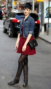 A classic chain-strap cross-body finished off Krysten Ritter's cute on set style.