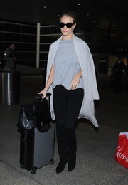 Rosie Huntington-Whiteley styled her airport outfit with a gray cashmere coat by The Perfext.