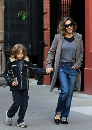 SJP opted for a more casual look, wearing slouchy jeans paired with cat-inspired flats.