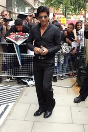 An all-black button-down and slacks combo like Shahrukh Khan's is an easy way to look smart and elegant.