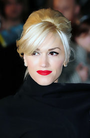 Gwen Stefani looked retro glam with red lips and porcelain skin.
