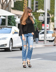 Sofia Vergara styled her casual look with the iconic Saint Laurent Tribute sandals, in black.