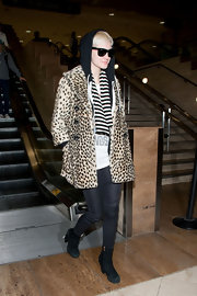 Ashlee Simpson Wentz paired her skinny jeans with black suede ankle boots.