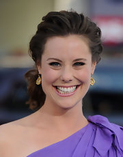 Ashley Williams paired her loose bun with gold dangle earrings.