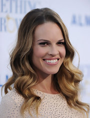 Hilary Swank never ceases to amaze us with her elegance on the red carpet. The actress wore her hair in soft waves that framed her face.
