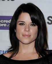 Neve Campbell wore her signature raven black hair in a simple medium length haircut with side-swept bangs.