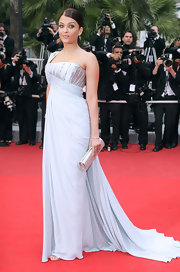 Aishwarya's choice of an elegant off-shoulder Elie Saab train gown teamed with a neatly tied ponytail and simple diamond earrings was a sureshot hit.