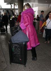 Suki Waterhouse paired a quilted leather tote with an eye-catching leather and fur coat for a flight.