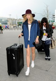 Suki Waterhouse completed her travel look with a pair of white platform sneakers.