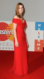 Lana Del Rey looked ravishing in this off-the-shoulder red gown at the Brit Awards.