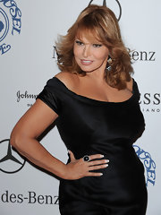 Raquel Welch matched her dress with black jewelry featuring a large ring on her pointing finger.