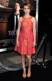 Taissa Farmiga flawlessly paired her dress with simple yet elegant gold evening sandals.