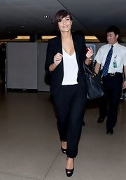 Now here's how to do airport style! Frankie's slacks-and-blazer combo looked super-chic.