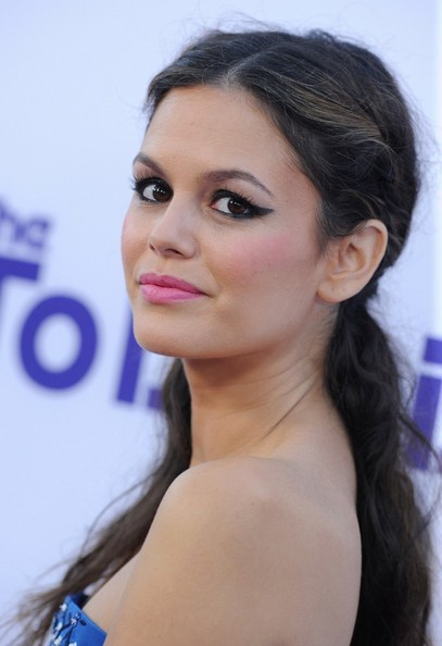 Rachel Bilson looked romantic and chic with a natural wavy 'do, which she pulled back into a twisted half-up style.