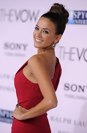 Jana Kramer made a statement at the premiere of 'The Vow' with a pair of dangling gemstone earrings set in yellow gold.