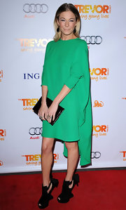 LeAnn Rimes accented her asymmetrical green dress with a sleek black leather clutch.