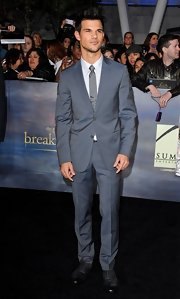 Taylor Lautner looked handsome and, well, hot (!) at the 'Breaking Dawn - Part 2' premiere in a sharp slate-blue suit.