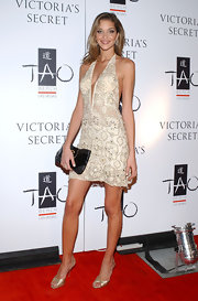 A pair of gold satin evening sandals provided a glam finish to Anna Beatriz Barros' ensemble.