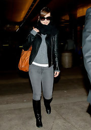Olivia Wilde showed off her feminine curves in a pair of tight gray skinny jeans.
