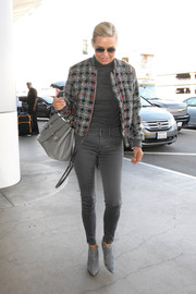 Yolanda Foster sealed off her monochromatic look with a stylish gray leather tote.